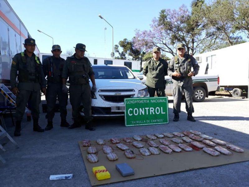 El vehículo, la droga secuestrada y los gendarmes que hicieron el operativo realizado en El Naranjo.