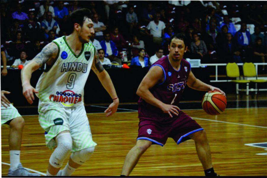 Diego Gerbaudo con la pelota, uno de los más firmes en Salta Basket.