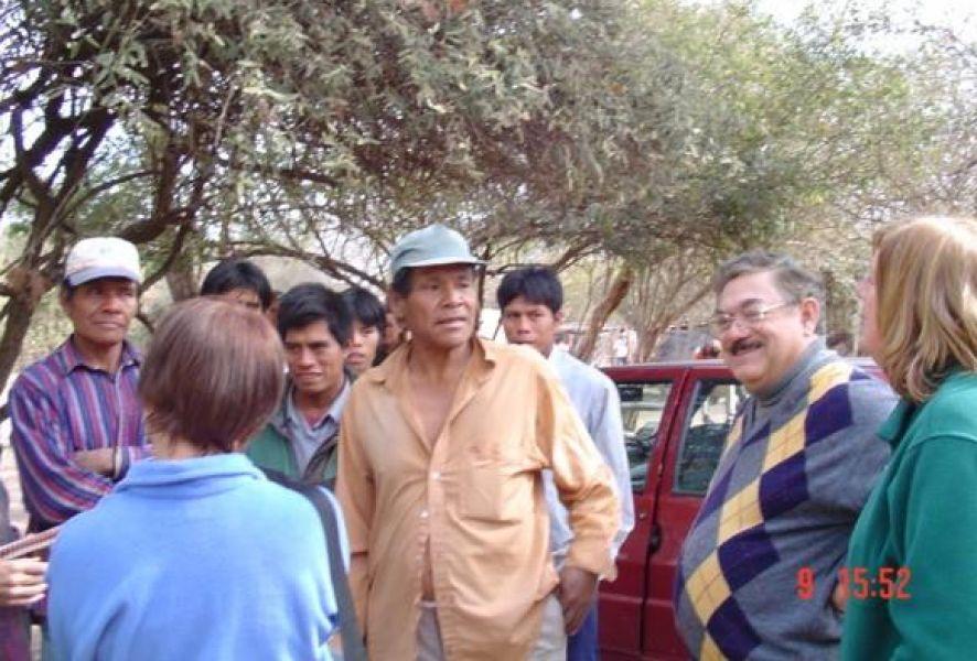 El Lic. Héctor Rodríguez en una de sus visitas a la comunidad wichi Eben-Ezer de Gral. Pizarro.