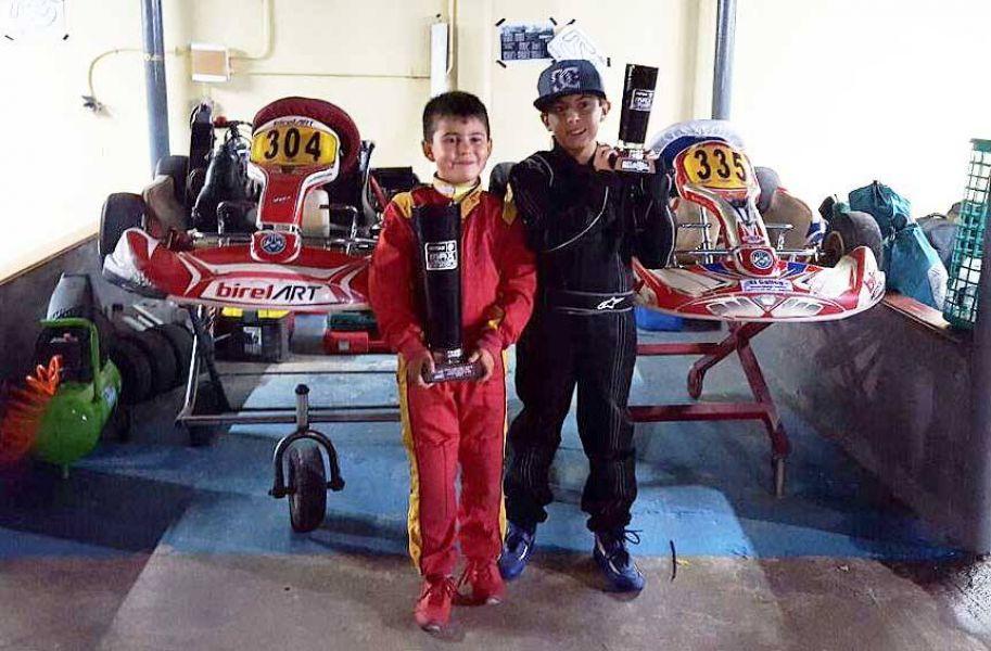 """""""Nico"""" Morales y Francisco Paredes con sus trofeos logrados en la carrera de Formosa."""
