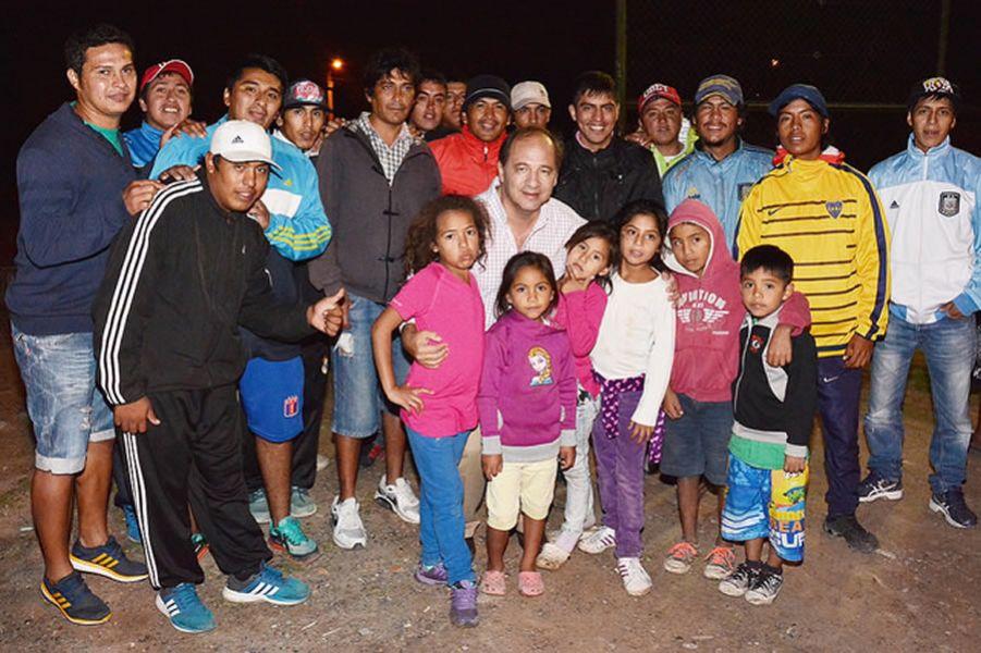 Vecinos de los barrios 26 de Marzo y Finca Independencia con Ricardo Villada.