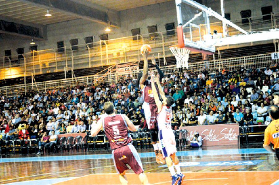 Okoye intenta aportar un doble en la noche del sábado, cuando el equipo santiagueño de Independiente, igualó la serie ante Salta Basket.