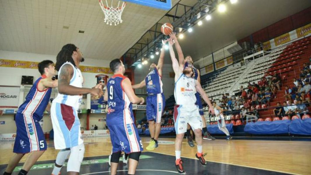 Goyo Eseverri busca la naranja entre dos lungos de Independiente. Salta Basket deberá ganar para no quedar eliminados y forzar la definición en el qui