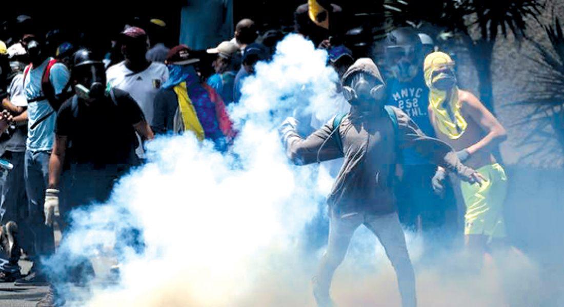 """La oposición afirma que Maduro se sostiene en el poder por el apoyo de la cúpula de la Fuerza Armada, que le ratificó """"lealtad incondicional""""."""