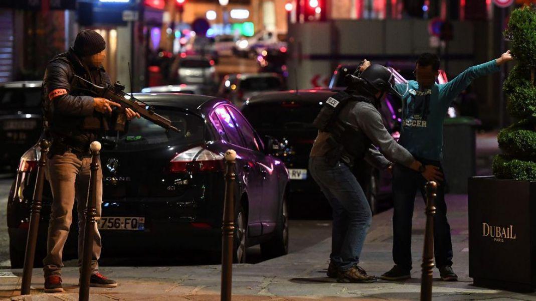 """El terrorismo golpeó nuevamente el corazón de Francia. Hollande prometió que habrá """"una vigilancia absoluta durante el proceso electoral""""."""