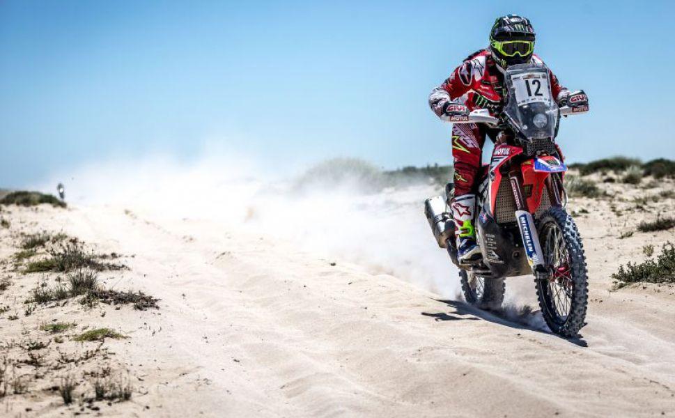 Kevin acelera en el desierto qatarí.