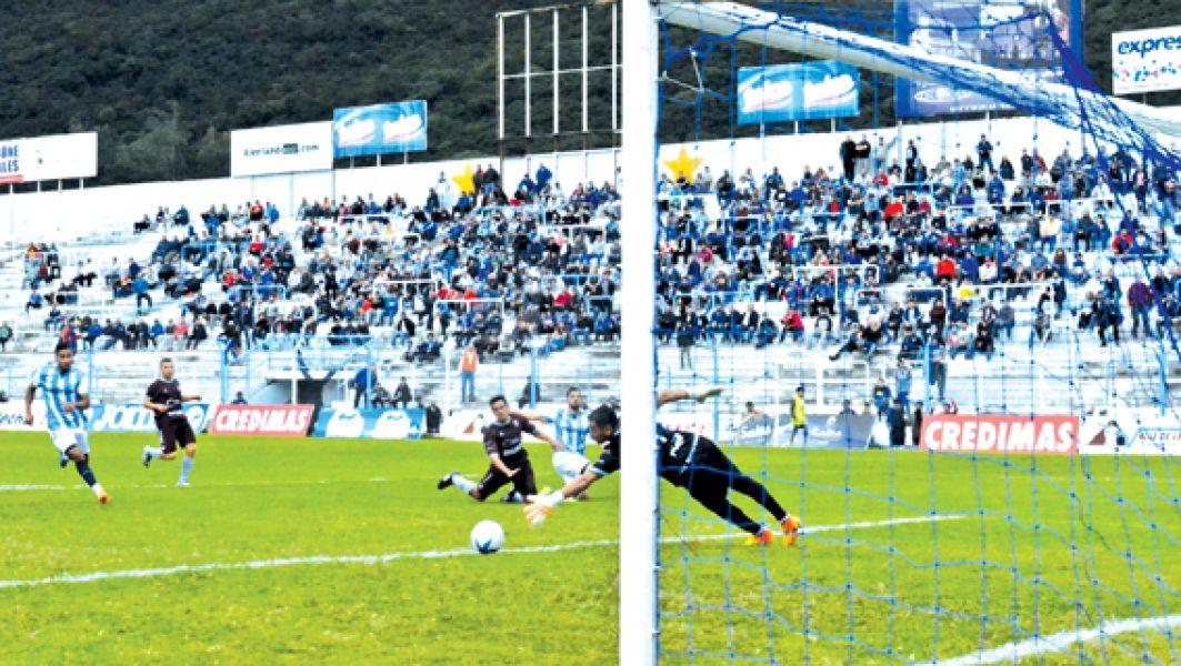 El goleador de Gimnasia Juan Amieva, convierte el segundo tanto del Albo.