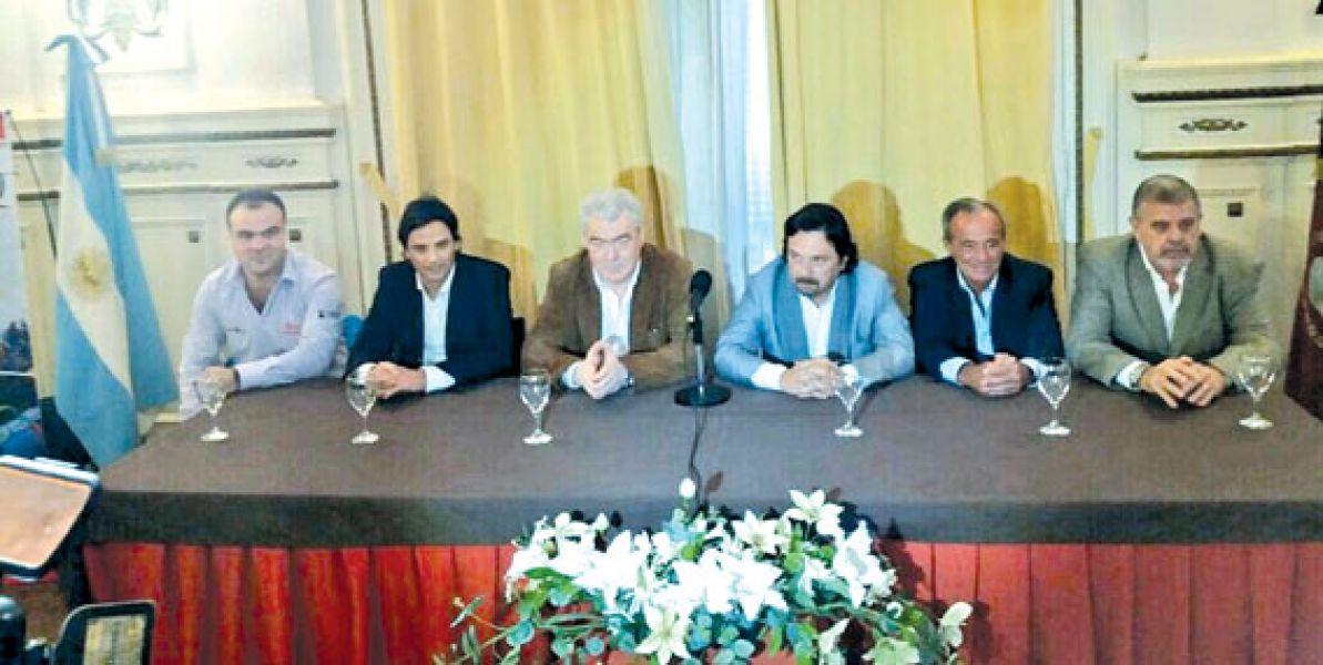 Matias y Osvaldo Postigo junto al intendente Gustavo Sáenz y otros funcionarios durante el lanzamiento de la Clasica 1º de Mayo