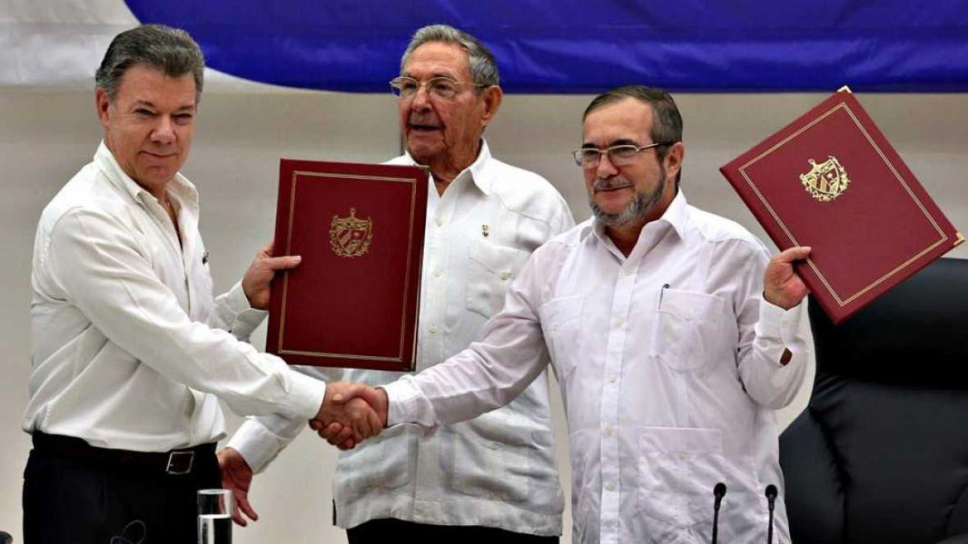 El gobierno colombiano y las Fuerzas Armadas de la Revolución de Colombia (FARC) firmaron el acuerdo.