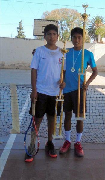 El campeón Tomás Mamani (der) y Gabriel Pastrana