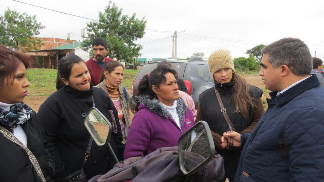 Los damnificados con el diputado Miguel Nanni, quien participó del relevamiento.