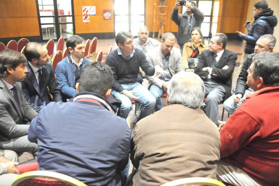 Con amenazas de cortes de ruta, por parte de los productores tabacaleros, finalmente Javier Iguacel en diálogo con los vecinos metanenses.
