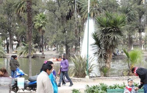 Un motochorro rompió la ventanilla del vehículo y extrajo el dinero. Fue en un sector del parque San Martín.