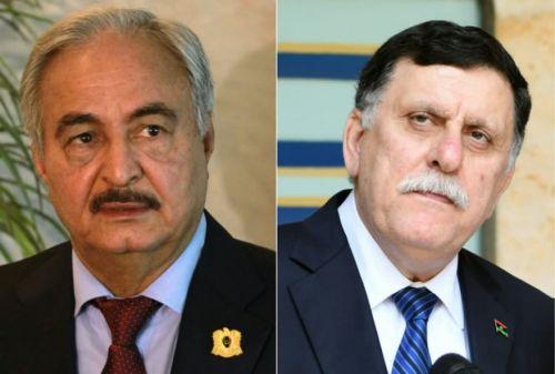 El jefe del Gobierno de Trípoli, Fayez al Sarraj (derecha.), y al mariscal Jalifa Hafta.