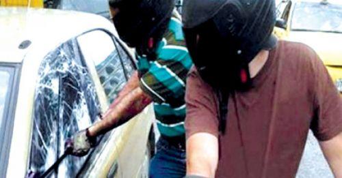 Motochorros se alzaron con un millonario botín al atracar a un ocupante de un auto que circulaba por Lerma y San Martín. (imagen ilustrativa).
