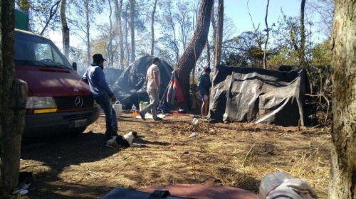 """Los trabajadores vivían bajo techos de lona y plástico mientras trabajaban en la fincas denominada """"El Quebrachal""""."""