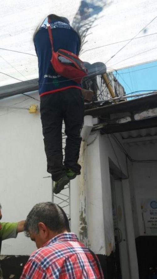 Trabajadores subiendo al techo de Tránsito- Foto Romina Montero