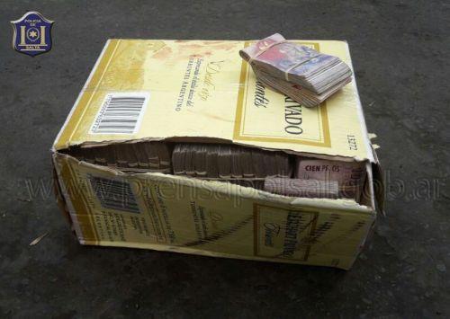 La caja de cartón con el dinero estaba en la luneta de un automóvil en Dean Funes al 500.