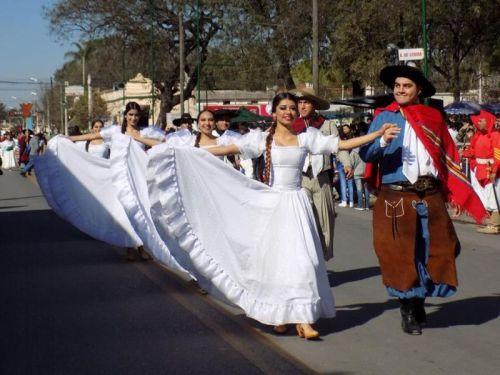 Los actos de conmemoración del General San Martín en Cerrillos con un desfile cívico-militar en la Plaza principal.