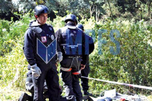 Rescatistas voluntarios de Salta rastrillaron ayer la zona donde se encontró el cuerpo buscando indicios. Sólo falta una zapatilla.