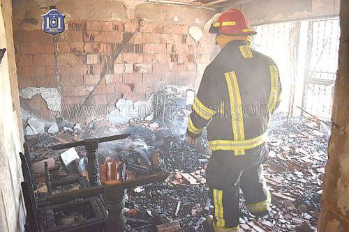 El fuego causó pérdidas casi totales en el departamento, prácticamente sus moradores se quedaron con lo puesto.