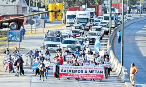 """""""Nos sacaron los ferrocarriles, YPF, y hubo un éxodo, no permitiremos que pase lo mismo"""", manifestaron los autoconvocados en el marco de la protesta."""