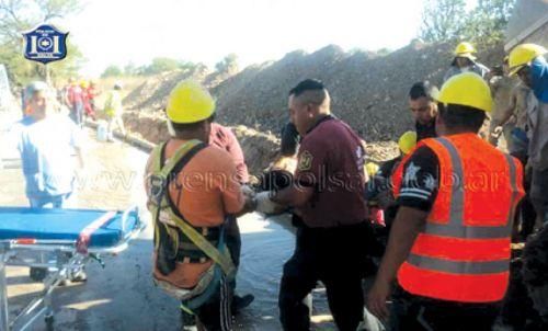Principio de asfixia y golpes en las piernas tuvieron los obreros rescatados de un derrumbe en el paraje La Ciénaga.