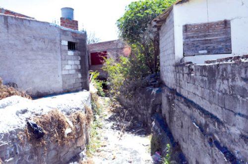 Este canal de calle Gurruchaga al 600, pasa por medios de las casas preocupa a los vecinos de barrio El Pilar.