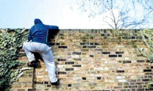 Los ladrones ingresaron al trepar la tapia del inmueble (Imagen ilustrativa).