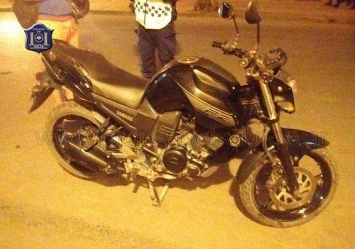 Dos sujetos se desplazaban para robarles a sus víctimas en una moto también robada.