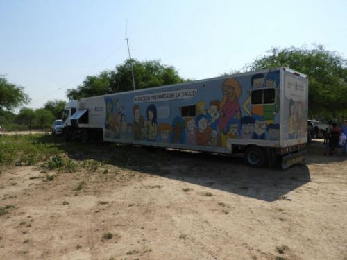 Se cuenta con un Hospital Móvil para atender a los enfermos en comunidades que se asientan a lo largo de la ruta 81.