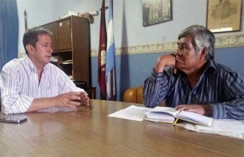 Se avanza en la relocalización de las familias criollas según un informe. Luis Gómez Almaraz junto al dirigente Francisco Pérez de Lhaka Honhat.