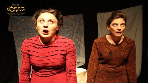 """Natalia Aparicio y Daniela Canda, en una escena de la obra ganadora """"La Moribunda"""", del grupo Las Mortadela R.I.P."""