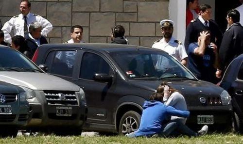 El dolor de los familiares al enterarse de la noticia extraoficialmente en la Base Naval de Mar del Plata. (Reuters).