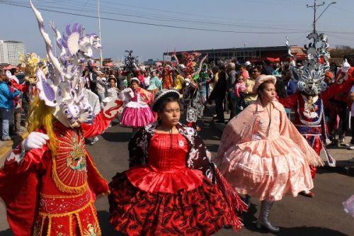 En Iquique recibieron a Francisco con coloridas danzas autóctonas