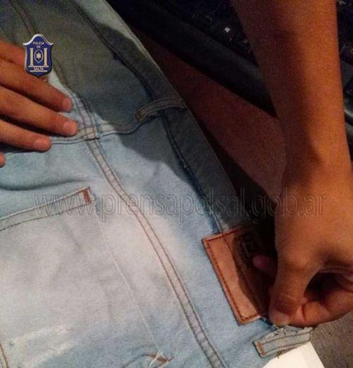 La droga estaba disimulada en las costuras del jean.