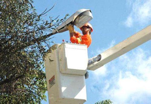 La empresa LuSal en uno de sus trabajo de reparación de fallas o cambio de luminarias del servicio de alumbrado público.