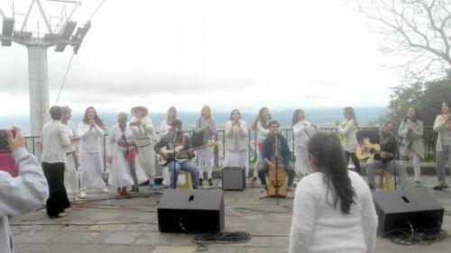 En la cima del cerro San Bernardo, rezaron por la paz en Salta.