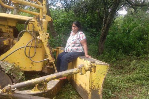 Una mujer decidió sentarse en la pala de una topadora para detener su paso por el territorio Lule.