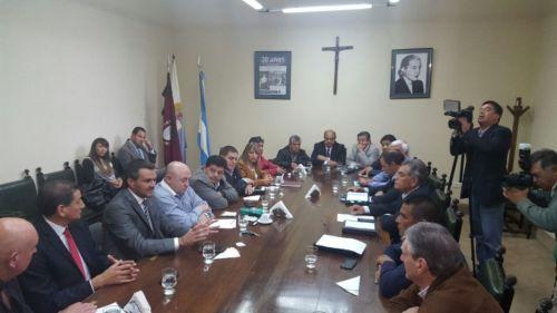 El el ministro de Gobierno, Juan Pablo Rodríguez junto a 17 senadores (13 del PJ; 2 del PV y 2 del PRS).