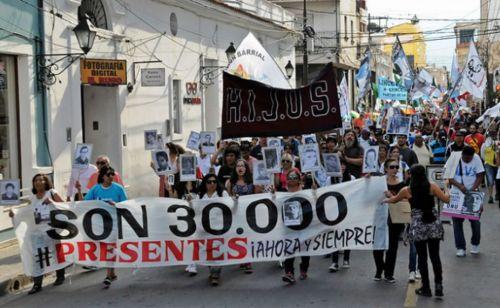 """Con carteles """"Son 30 mil"""", al menos cuatro cuadras de personas marcharon en Salta hasta el Portal de la Memoria."""