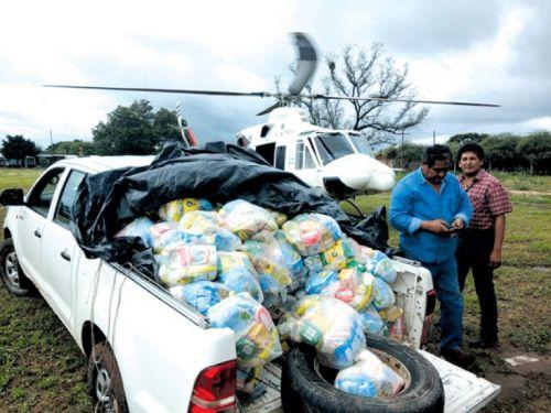 Bolsones de mercaderías entre otros elementos se trasladas en helicópteros ante el aislamiento de las comunidades del Rivadavia.