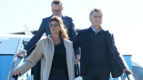 Juliana Awada y Macri bajan del avión en su llegada a Holanda.