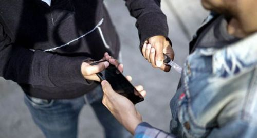 Para robarle un celular hirieron con una punta a su víctima.