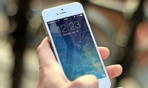 Oftalmólogos afirman que la acumulación de la luz azul de los dispositivos móviles es dañina, tanto en el interior como en el exterior.