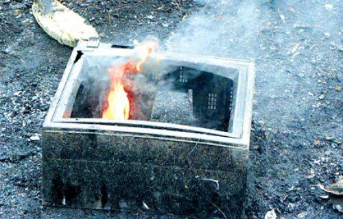 El gas tóxico mortal se originó cuando un televisor se incendió en la vivienda.
