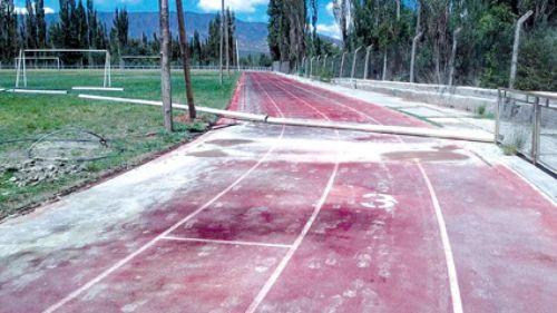 Estado de abandono en el que se encuentra la pista de atletismo del Centro Nacional de alto Rendimiento Deportivo (CENARD).