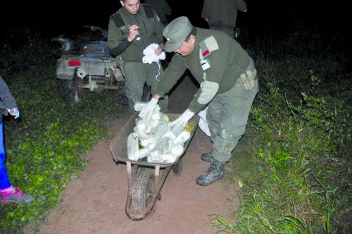 Gendarmes en cuatriciclo impidieron el ingreso de la droga traficada en carretilla.