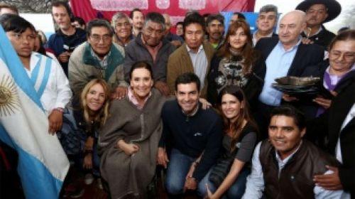 Gabriela Michetti y Juan Manuel Urtubey y pobladores del paraje La Merced en Santa Victoria Este.