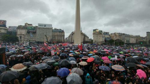 Bajo la lluvia, en Buenos Aires la marcha fue multitudinaria.